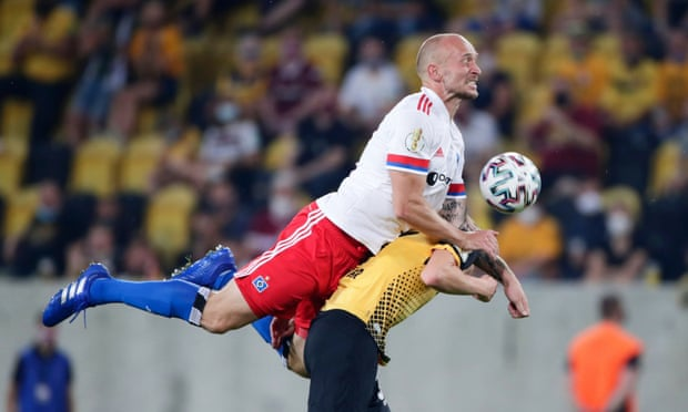Hamburg's Leistner confronts Dresden fans in stands after German Cup defeat